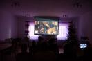 Klubowicze oglądają film w ramach zajęć z kulturoterapii