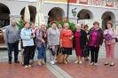 Wycieczka do Zamościa, Rynek Wielki, Klubowicze na tle kamienic i sukiennic