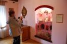 Wycieczka, Kamienica Ormiańska Muzeum Zamojskiego Pani Irena fotografuje ekspozycję
