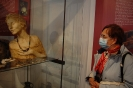 Wycieczka, Kamienica Ormiańska Muzeum Zamojskiego Pani Irena ogląda wystawę