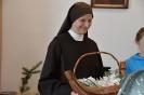 Soli Deo, spotkanie opłatkowe, s. Liliana trzyma w dłoniach kosz z Aniołkami